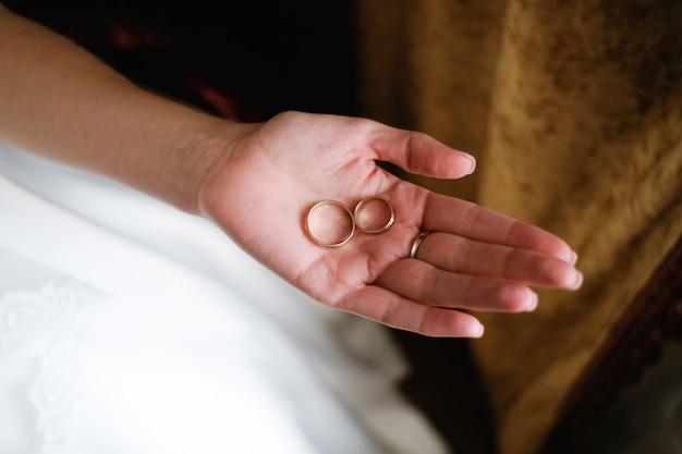 Hochzeitsringe auf der hand der braut