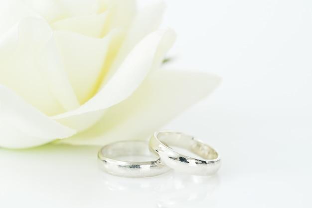 Hochzeitsringe auf weißem hintergrund