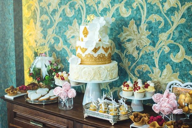 Hochzeitsschokoriegel mit wunderschön dekoriertem kuchen