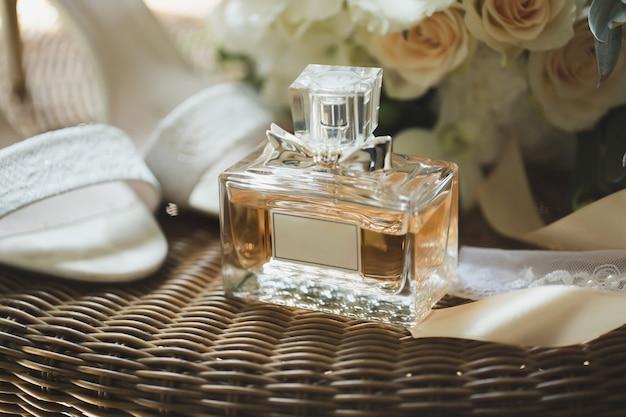 Hochzeitsschuhe mit blumenstrauß und parfüm