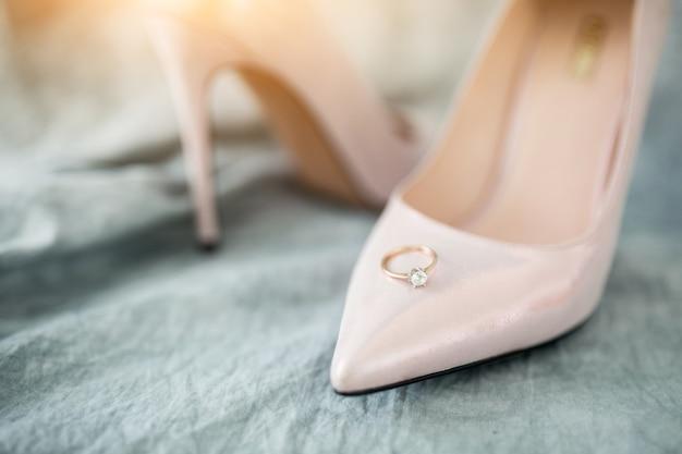 Hochzeitsschuhe und ringe