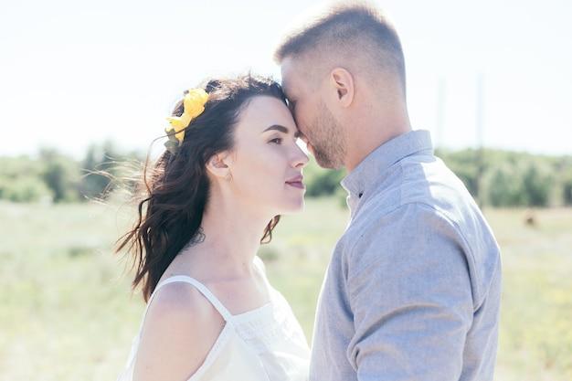 Hochzeitsspaziergang im pinienwald. sonniger tag. hochzeitspaar im wald. schöne braut und bräutigam auf einem spaziergang. weißes hochzeitskleid. bouquet von pfingstrosen und hortensien.