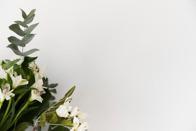 Hochzeitsstillleben mit blumen