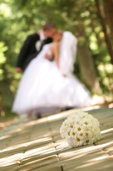 Hochzeitsstrauß auf dem boden