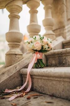Hochzeitsstrauß auf einem steinhintergrund. hochzeit in montenegro