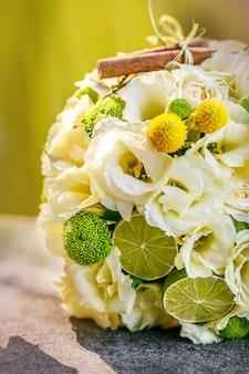 Hochzeitsstrauß aus beigen rosen, zimt, zitrone, limette