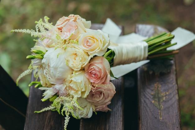 Hochzeitsstrauß aus rosa und weißen rosen