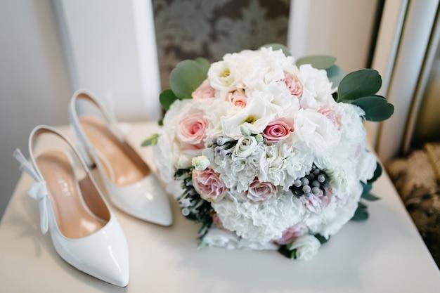 Hochzeitsstrauß in den händen der braut