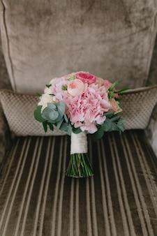 Hochzeitsstrauß mit rosa und weißen pfingstrosen.