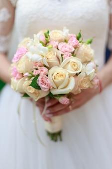 Hochzeitsstrauß von blumen einschließlich rotem hypericum, rosen, maiglöckchen, mini-rosen, samen-eukalyptus, astilbe, scabiosa, pieris und efeu