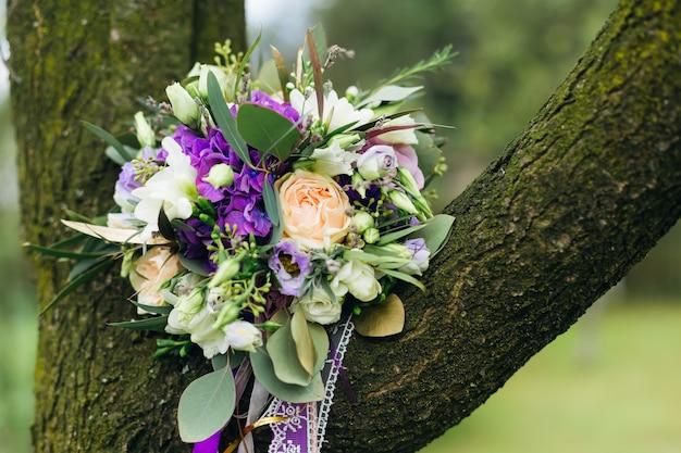 Hochzeitsstrauß von rosen auf baum. hochzeit.