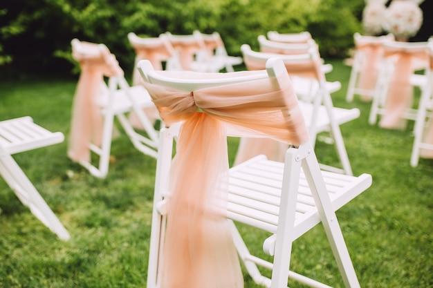 Hochzeitsstühle für die zeremonie. moderner stil.