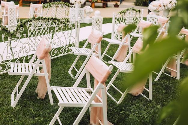 Hochzeitsstühle für die zeremonie.