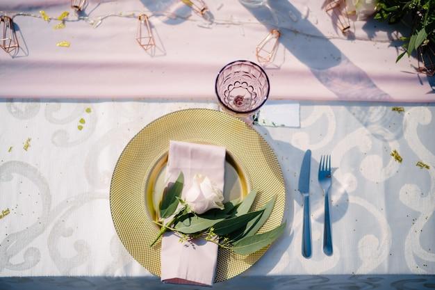 Hochzeitstafel empfang goldplatte mit rosa stoffserviette und olivenblättern himbeer alt