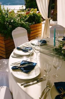 Hochzeitstafel empfang weiße teller mit blauen stoffservietten glasgläser blaue kerzen