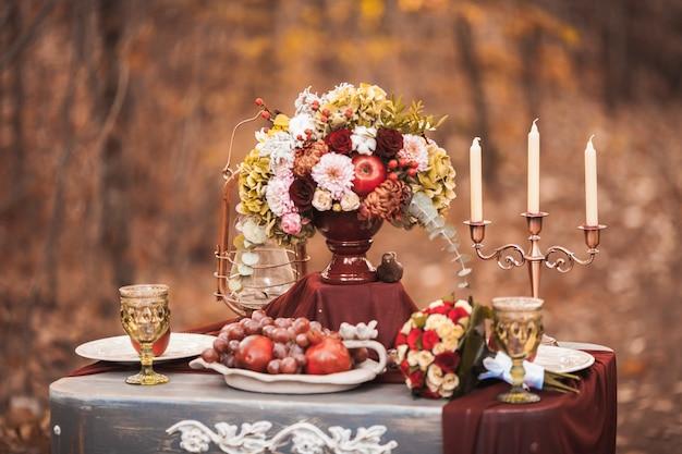 Hochzeitstafeleinstellung in der rustikalen art.