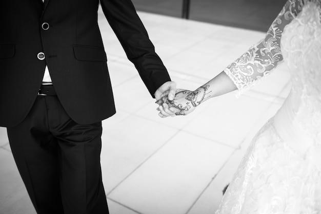 Hochzeitstag. bräutigam und braut mit blume. glückliches paar