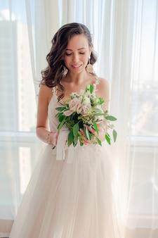 Hochzeitstag. portrait der schönen braut mit blumenstrauß