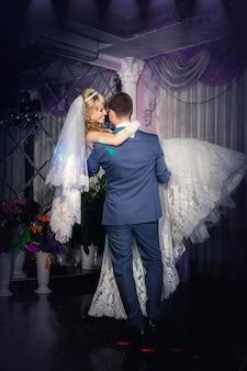 Hochzeitstanz von braut und bräutigam. erster hochzeitstanz des brautpaares. hochzeitstanz des brautpaares
