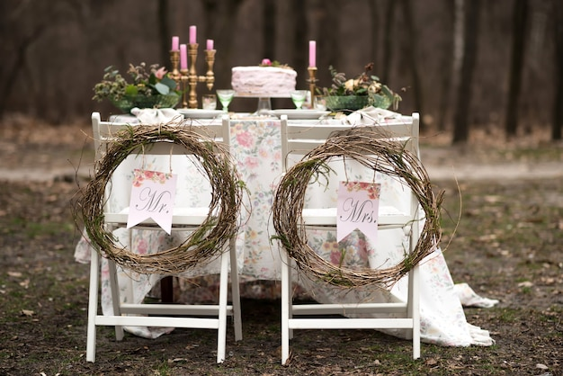 Hochzeitstisch in der waldnahaufnahme