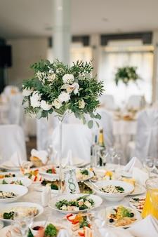 Hochzeitstisch mit weißen blumen verziert