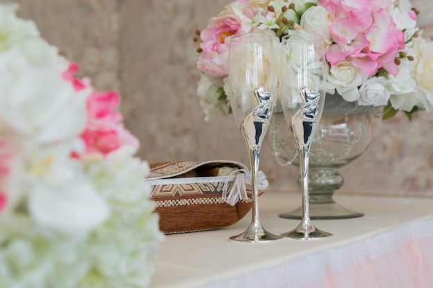 Hochzeitstisch. nahaufnahme von sektglas und blumendekoration