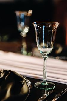 Hochzeitstischdekoration auf dem tisch im schloss, besteck auf dem tisch