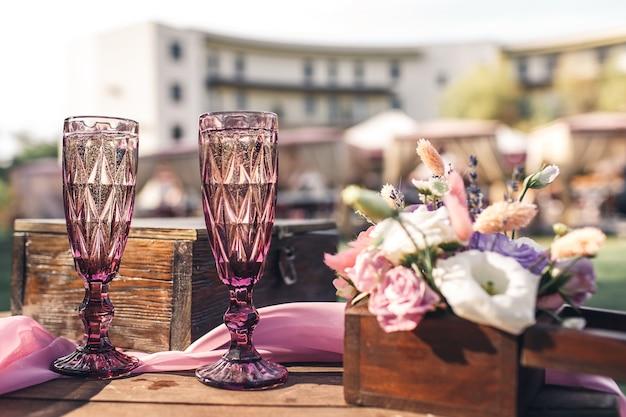 Hochzeitstischdekoration für die zeremonie.