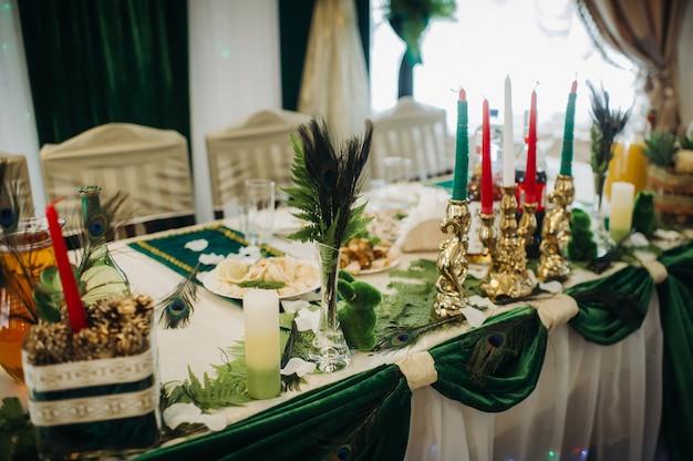 Hochzeitstischdekoration mit blumen auf dem tisch im grünen stil, esstischdekoration