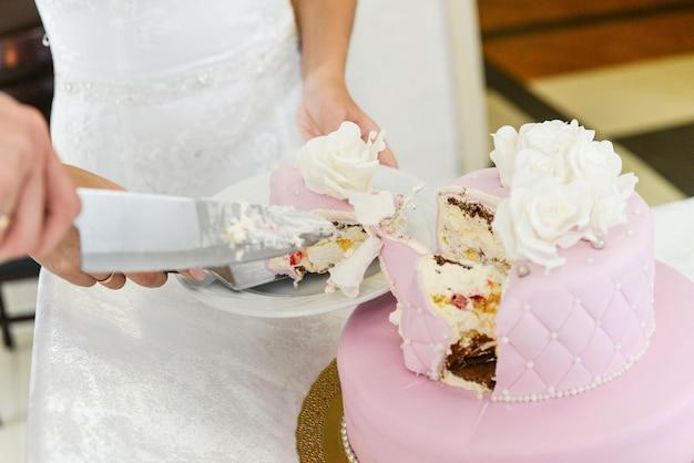 Hochzeitstorte für gäste einer hochzeitsfeier aus den beeren