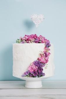 Hochzeitstorte mit blumen