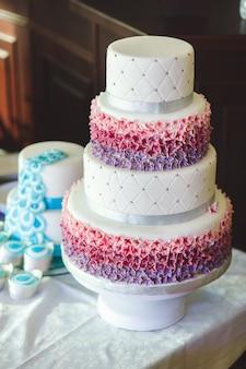 Hochzeitstorte mit cupcakes auf der ausstellung