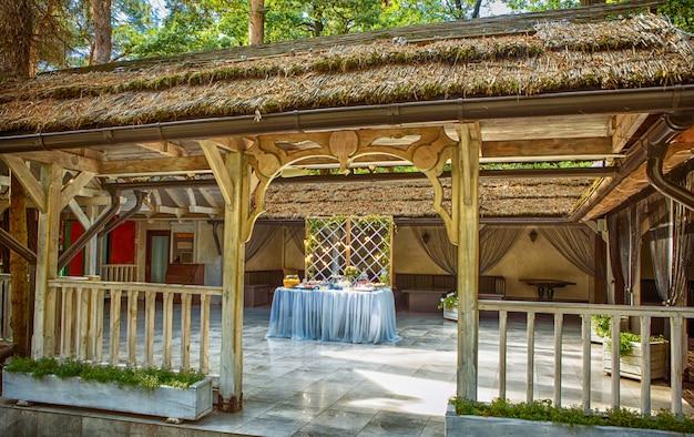 Hochzeitstorte verziert durch die blumenstellung der festlichen tabelle