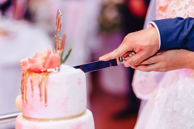 Hochzeitstorte zum feiern der ehe und abhalten eines banketts