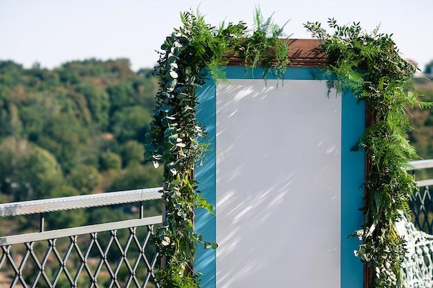 Hochzeitsveranstaltung im freien dekoration einrichten blauer holzschirm mit weißem papier