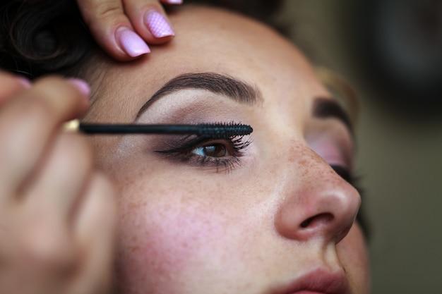 Hochzeitsverfassungskünstler, der ein make up braut macht