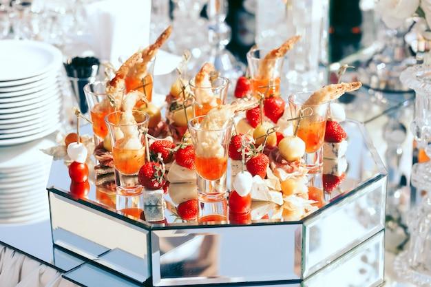 Hochzeitsverpflegung mit erdbeeren, mozarellakäse und kirschtomaten