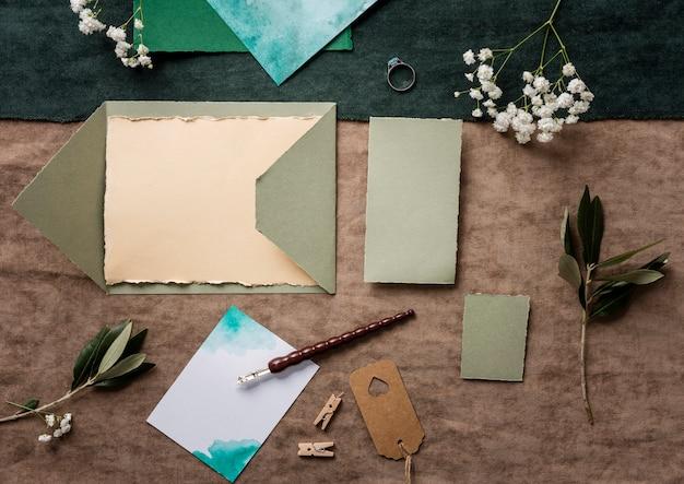 Hochzeitsverzierung und karte auf tisch