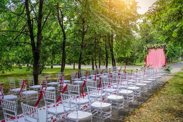 Hochzeitszeremonie an einem sommertag im stadtpark inmitten des grünen laubes