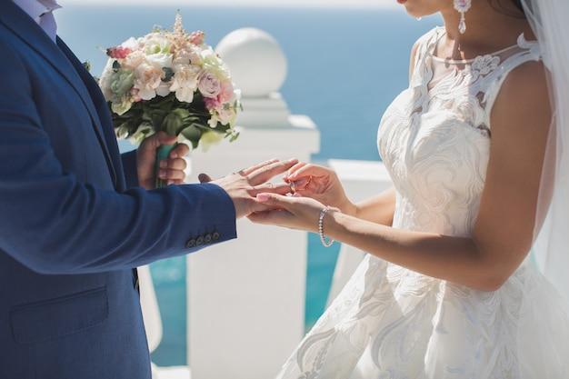 Hochzeitszeremonie auf dem hintergrund des ozeans