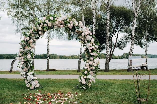 Hochzeitszeremonie auf der straße auf dem grünen rasen