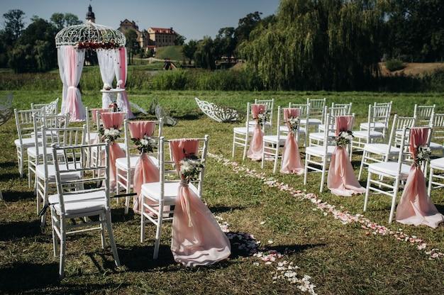 Hochzeitszeremonie auf der straße auf dem grünen rasen.