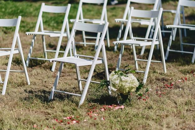 Hochzeitszeremonie dekoration, stühle, bögen, blumen und verschiedene dekor