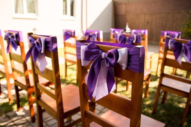 Hochzeitszeremonie im freien. lage im lavendelstil vorbereitet.