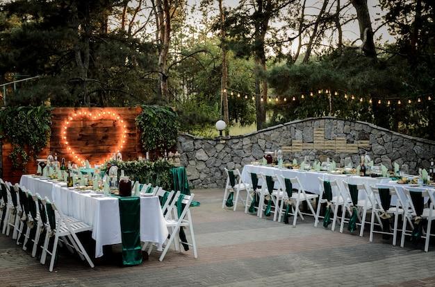 Hochzeitszeremonie im wald zwischen den bäumen auf dem grünen weg