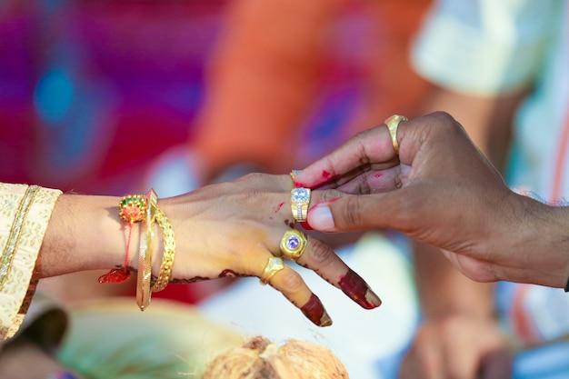 Hochzeitszeremonie in der hinduismus-bräutigamhand