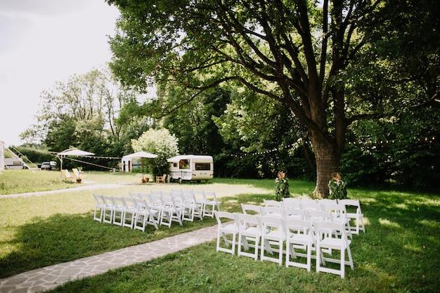 Hochzeitszeremonie in einem schönen garten