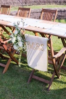 Hochzeitszeremonie mit blumen draußen im garten