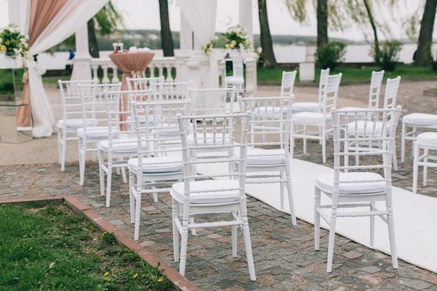 Hochzeitszeremonie mit schönem grün und blumen.