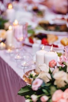 Hochzeitszeremoniedekoration, stühle, bögen, blumen und verschiedenes dekor